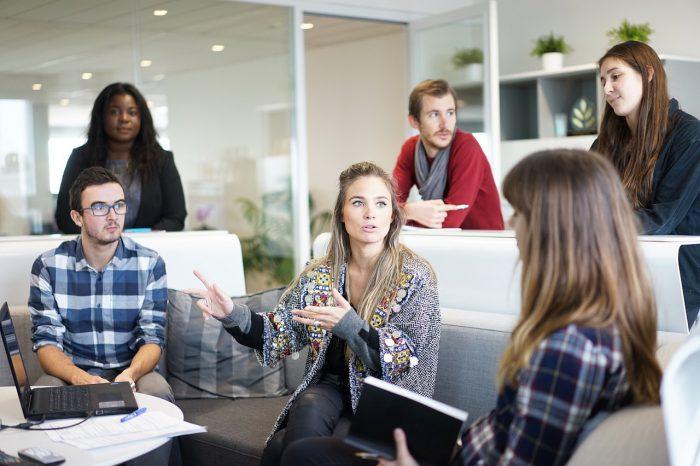 Líder ejerciendo el liderazgo en su compañía